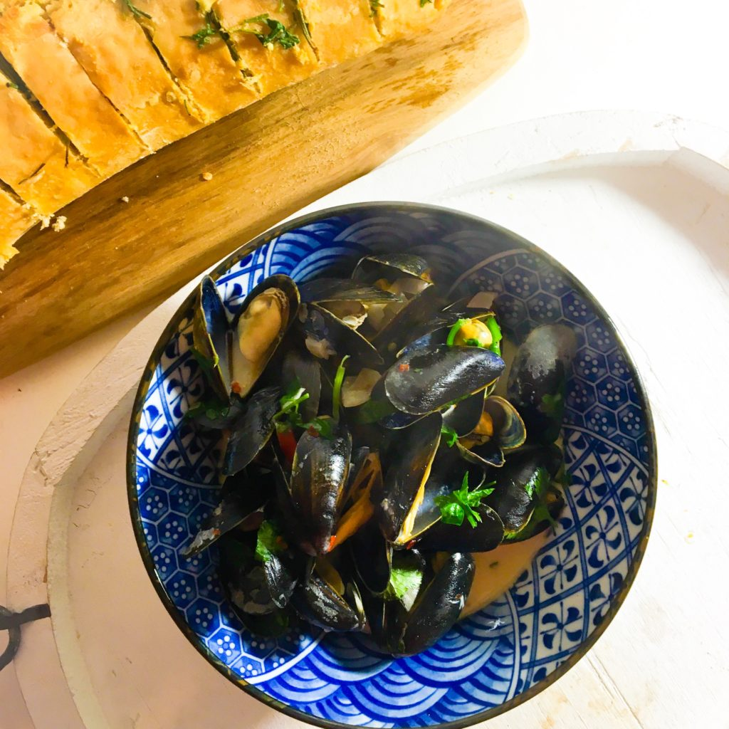 mussels_white_wine_cream_sauce_with_garlic_butter_ciabatta